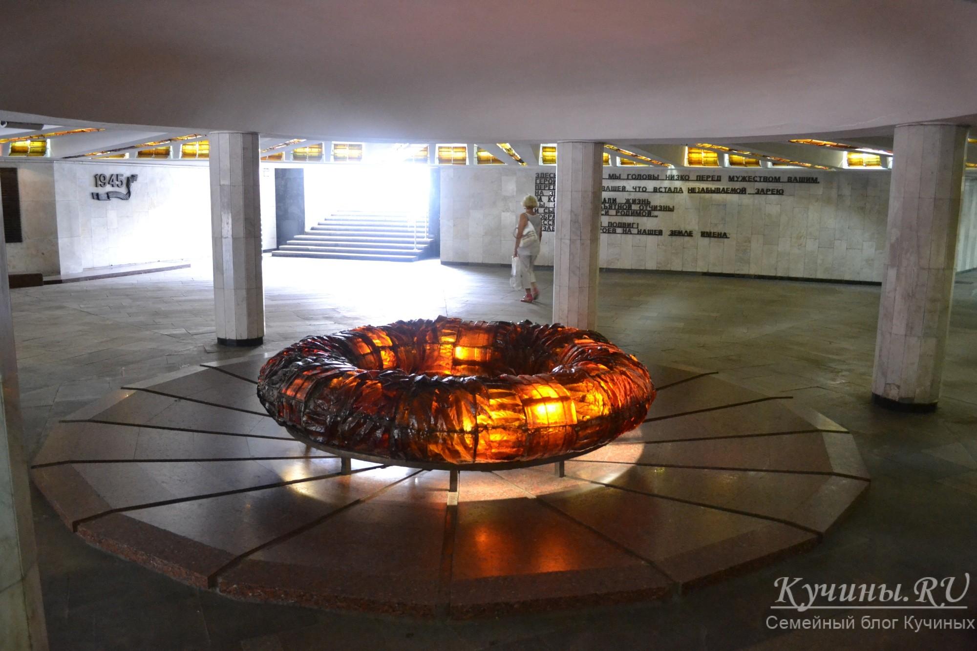 Вечный огонь под монументом